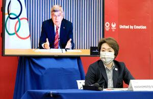 5者協議でIOCのバッハ会長(後方モニター)の発言を聞く橋本組織委会長(代表撮影)
