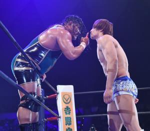 25日ぶりにリング復帰の飯伏幸太(右)はジェフ・コブにシングル対決を要求した(新日本プロレス提供)