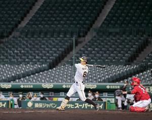 5回無死一、二塁、無観客の甲子園で佐藤輝明が追加点となる右前適時打を放つ(捕手は坂倉将吾)