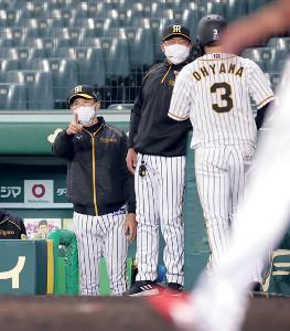 5回無死一、二塁、佐藤輝明の追加点となる右前適時打で生還した大山悠輔(右)を迎える矢野燿大監督(左)