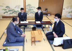 対局を待つ渡辺明名人(左)と永瀬拓矢王座(日本将棋連盟提供)