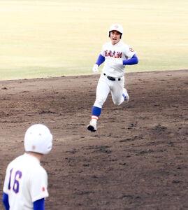 満塁弾を放ち、二塁ベースをまわる盛岡大付の松本