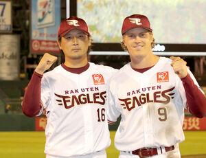 4勝目を挙げた涌井 秀章(左)と殊勲打のディクソン