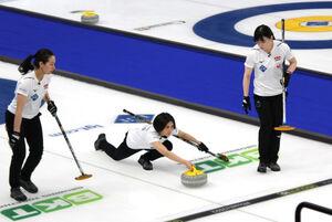 カーリング女子日本代表(左から)近江谷杏菜、吉村紗也香、小野寺佳歩(日本カーリング協会提供)