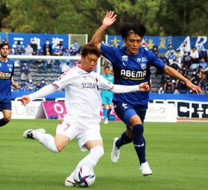 金沢のMF嶋田(左)は直接FKでゴールを狙ったが不発に終わった(写真は4月4日の町田戦)