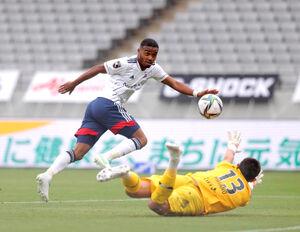 後半7分、ゴールを決める横浜M・オナイウ阿道