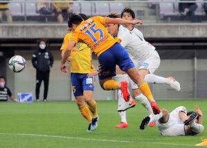後半23分、ヘディングシュートでゴールを決めた仙台FW西村(背番号15、カメラ・小林 泰斗)