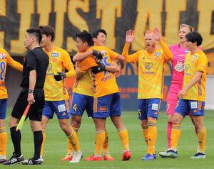柏に勝って518日ぶりのホーム戦勝利を喜ぶ仙台イレブン