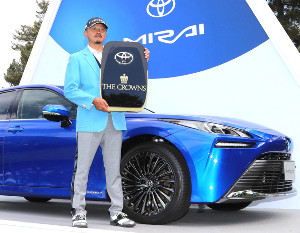 副賞のトヨタ「MIRAI」と写真におさまる岩田寛