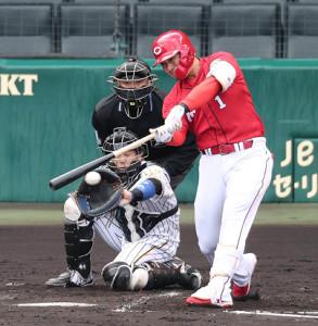 3回1死二塁、鈴木誠也が左翼線へ先制適時二塁打を放つ