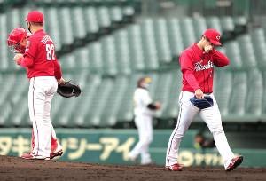 5回無死満塁、佐藤輝明に逆転の右越え満塁本塁打を浴び降板する広島先発・野村祐輔(右)