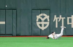 9回2死二、三塁、大島洋平の左中間適時三塁打に追いつけず転倒した左翼手・ウィーラー(カメラ・竜田 卓)