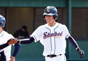 3回に逆転3ランを放ち、チームメートと笑顔で手を合わせる東日本国際大昌平・佐藤壱聖