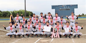 初優勝を喜ぶU―15フジヤマBBCのメンバー(裾野球場で)