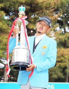 6年ぶりに優勝し、王冠トロフィーを重そうに抱える岩田