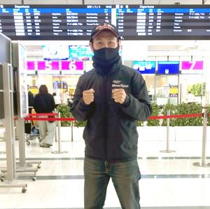 伊丹空港から出発した高山勝成(陣営提供)