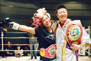 好川菜々のリングネームで女子世界チャンプに輝いた現役時代の野上奈々さん。右は夫の真司さん