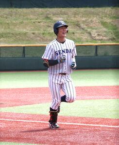 7回に2ランを放ち、笑顔で生還する仙台大・川村友斗