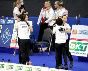 チェコに勝利し、喜ぶ北海道銀行の選手たち(日本カーリング協会提供)