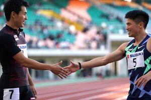 男子200メートルA決勝を制した飯塚翔太(左)は2位の小池祐貴とレース後に握手(カメラ・太田 涼)