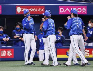 中日に勝利し、宮崎敏郎(51)倉本寿彦(5)らを出迎える三浦大輔監督(左)