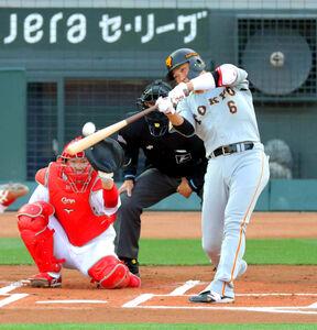 初回1死、左越えソロ本塁打を放つ坂本勇人(カメラ・宮崎 亮太)