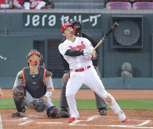 3回2死二塁、左越え2ラン本塁打を放つ鈴木誠也(捕手は大城卓三=カメラ・宮崎 亮太)
