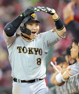 6回2死、丸佳浩が右中間に2号同点本塁打を放ち、マルポーズ(カメラ・橋口 真)