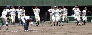延長10回、サヨナラ勝ちして喜ぶ浦和学院の選手