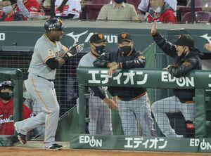 7回無死、中越えソロ本塁打を放ったウィーラー(左)を迎える(右から)元木大介ヘッドコーチ、原辰徳監督(カメラ・宮崎 亮太)