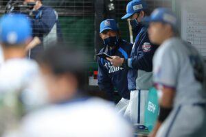 8回2死二、三塁、宗佑磨に中前ランニング本塁打を打たれ渋い表情の辻発彦監督
