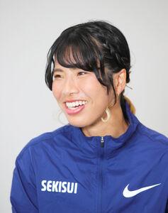 対談中、笑顔を見せる新谷仁美