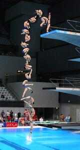 男子高飛び込み予選、玉井陸斗の6回目の演技の連続合成写真(カメラ・竜田 卓)