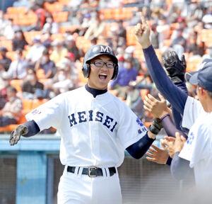 5回、高下の適時打で生還し、笑顔を見せる藤枝明誠・山田