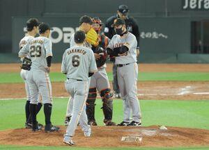 9回2死二、三塁、自らマウンドに行き選手に声を掛ける原辰徳監督