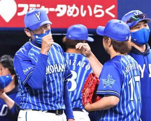 勝利し、三嶋一輝(右・17)を出迎える三浦大輔監督