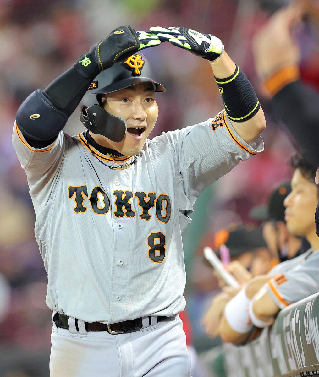 6回2死、丸佳浩が右中間に2号同点本塁打を放ち、マルポーズ