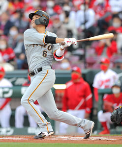 1回1死、坂本が左中間に5号先制本塁打を放つ(カメラ・橋口 真)