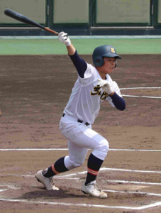 神戸弘陵の1年生4番・藤本康生は3打数無安打