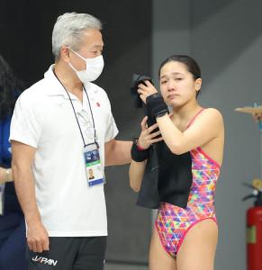 演技後、悔し涙を流す安田舞(右)と優しく声をかける安田千万樹コーチ(カメラ・竜田 卓)