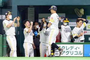 2回無死、ソロ本塁打を放った中村晃(右から3人目)を迎える笠谷俊介(左から2人目)