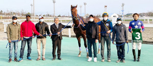 4日の門別競馬7R「スーパーフレッシュチャレンジ1」を制したモーニングショーと関係者(古谷剛彦氏提供)