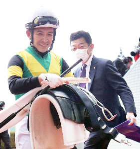天皇賞・春を制した福永(左)と友道調教師のタッグ