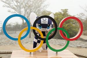 高尾山山頂に設置された五輪モニュメントと写真に納まる東京五輪2020マスコットのミライトワ