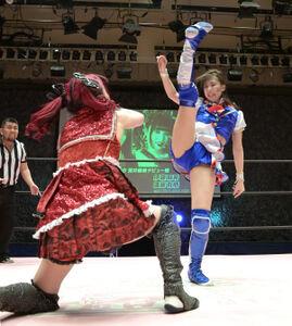 東京女子プロレスのデビュー戦で敗れたSKE48の荒井優希(左は伊藤麻希)