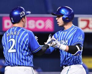 左越え3ラン本塁打を放ち、ホームで二塁走者・牧秀悟(2)に迎えられるソト