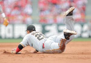 7回1死一塁、代打・正随優弥の三ゴロを飛びつき好捕した岡本和真