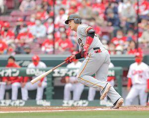 1回2死一塁、岡本和真が左前に安打を放つ(カメラ・橋口 真)