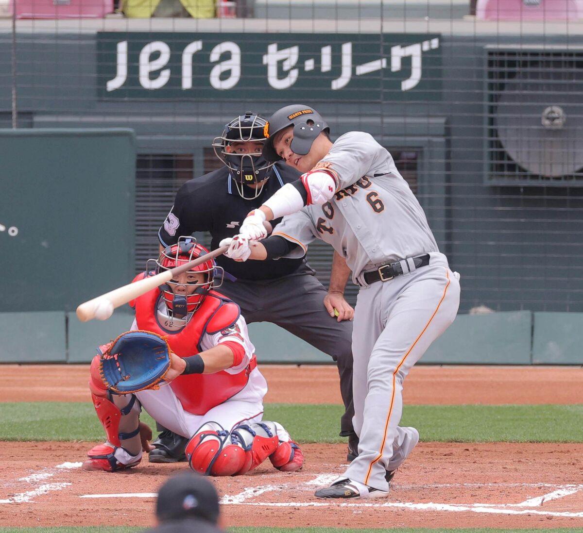 3回1死一塁、左前安打を放つ坂本勇人(捕手は石原貴規=カメラ・宮崎 亮太)