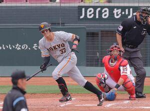 4回1死一塁、左前安打を放つ若林晃弘(捕手は石原貴規=カメラ・宮崎 亮太)